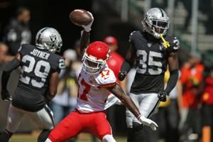Raiders' defense torched by Mahomes in 2nd-quarter barrage