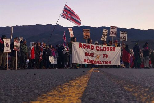 Police arrest Hawaiian protesters trying to block construction of telescope
