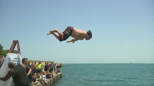 'Great Lake Jumper' plunges into Lake Michigan for 365th straight day