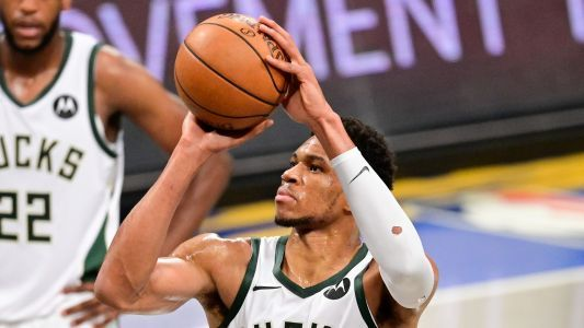 Bucks' Giannis Antetokounmpo called for 10-second violation on free throw against Nets