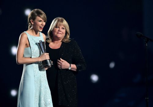 Taylor Swift reveals her mom has brain tumor